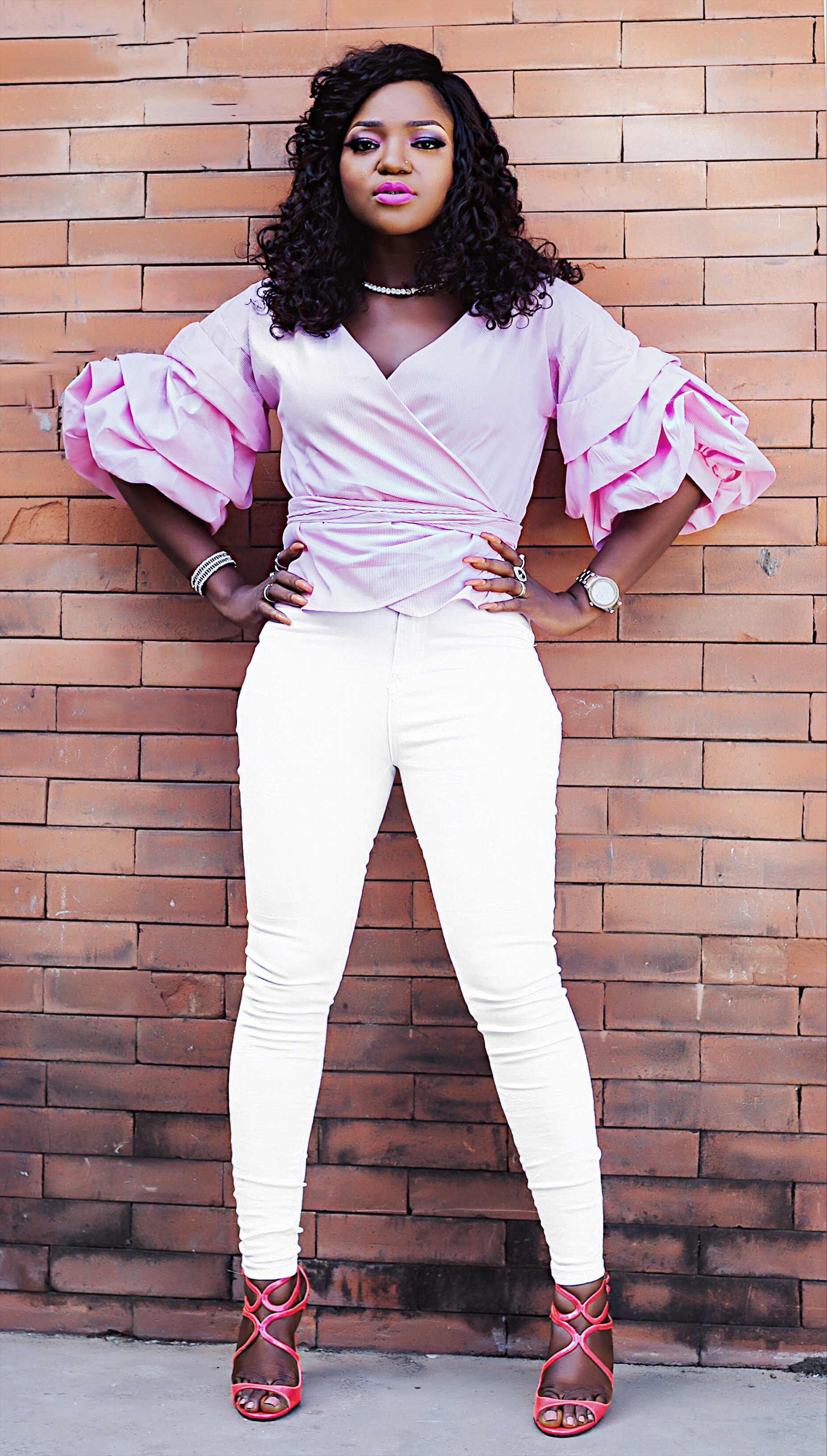 Happy new year in white highwaist jeans and pink shoes