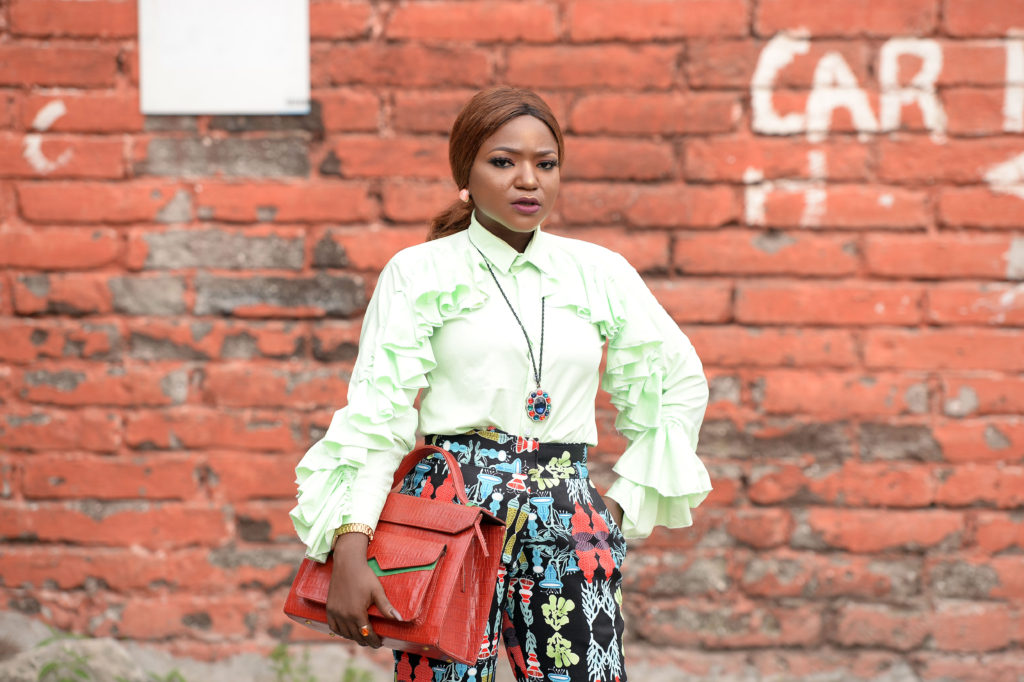 what to wear to work ,alternative work style ,work outfit,ruffled shirt ,printed pant ,zashadu bag